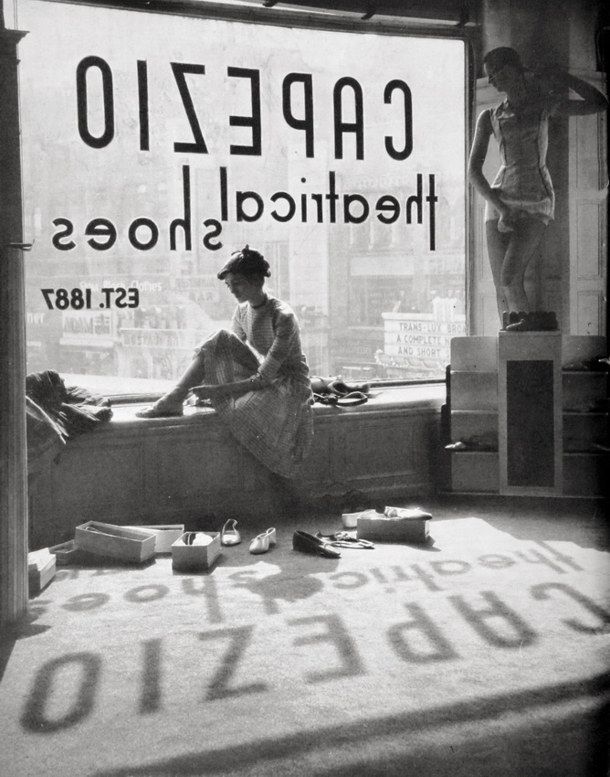 Lisa Larsen 1949 fitting shoes
