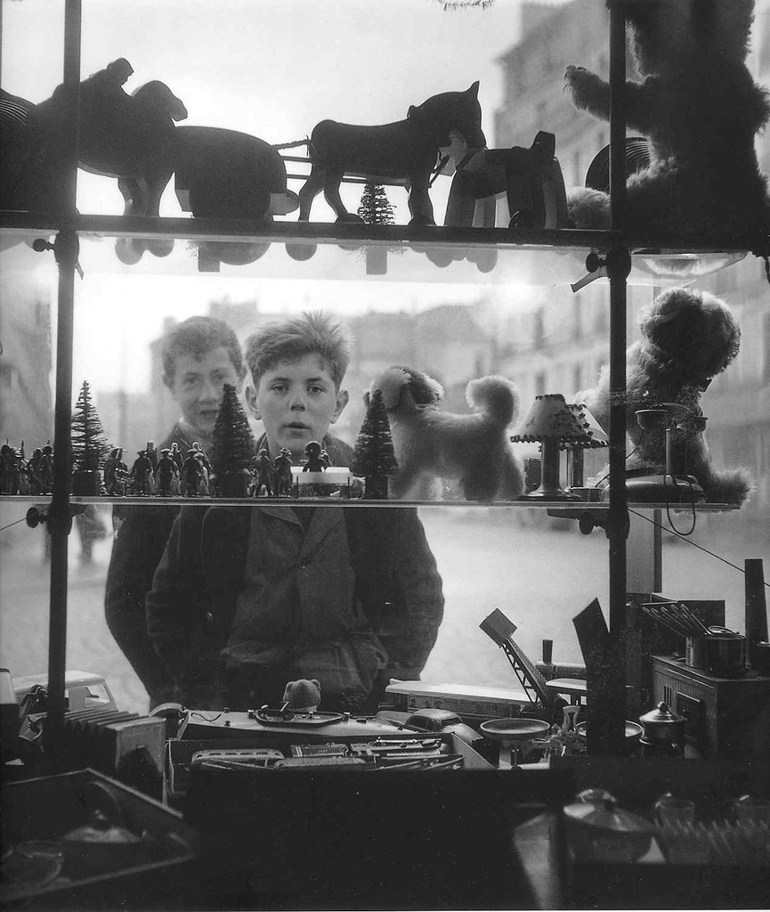 Robert Doisneau - Shop Window - 1947