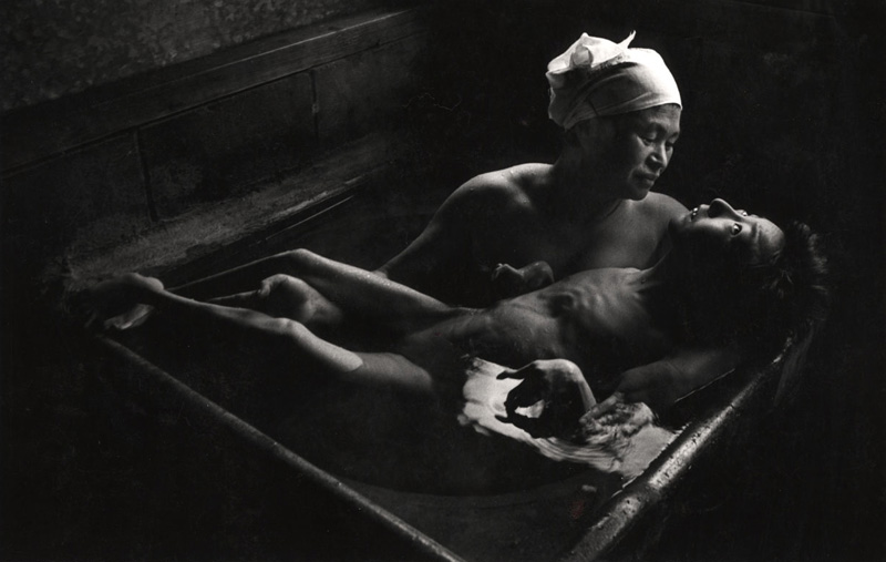 W Eugene Smith - El baño de Tomoko