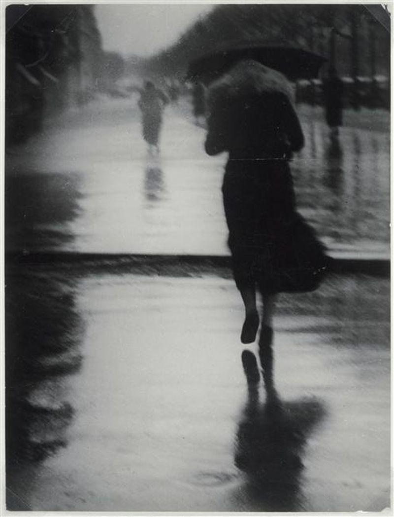 Brassai - Passants dans la pluie - 1935
