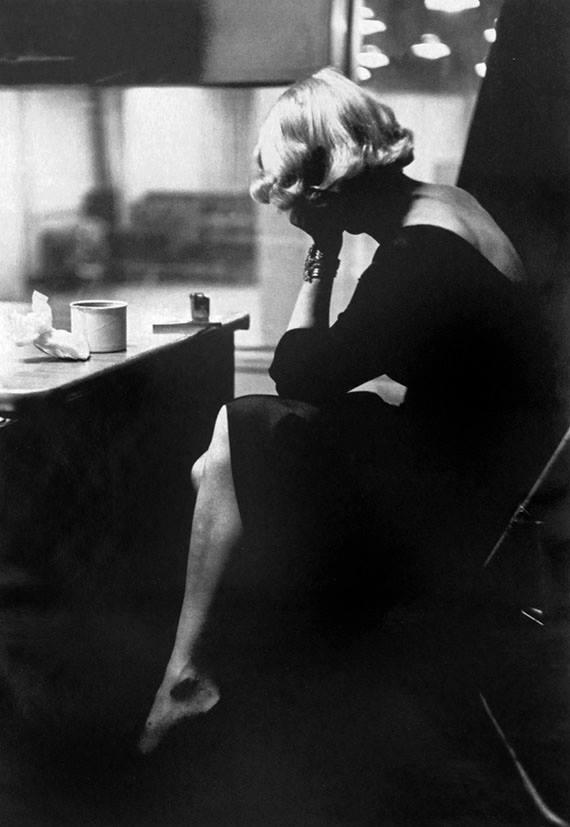 Marlene Dietrich en 1952 en Columbia Records durante un descanso en un grabación - Eve Arnold