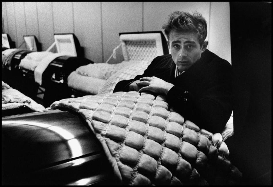 Super James Dean en un ataúd // James Dean in a coffin (by Dennis Stock  WG82