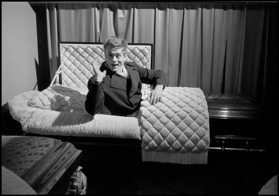James Dean En Un Ata 250 D James Dean In A Coffin By