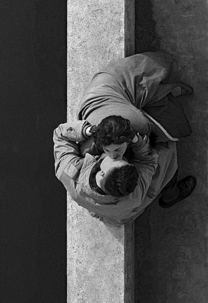 Frank Horvat - Les amoreux du Quai du Louvre - Paris - 1955