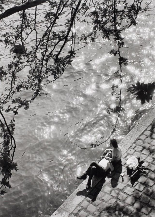 Alfred Eisenstaedt - Lunch hour at river Seine - 1963