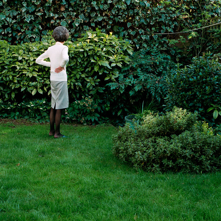lydia-goldblatt-Mother-in-the-garden_6937