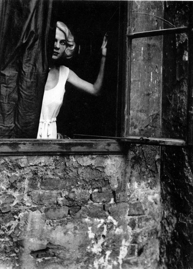 bill-brandt-eva-at-window-vienna-1933