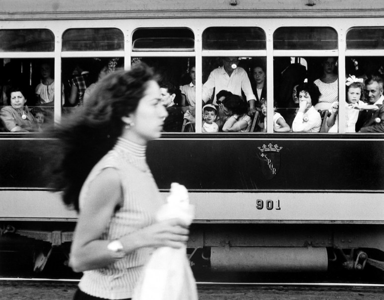 william-klein-capellona-passes-trolley-rome-1956